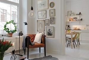Uma poltrona confortável colocada próxima à janela, junto de uma mesinha ou cesto com livros e revistas, transforma facilmente o espaço em um cantinho de leitura e relaxamento