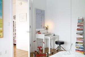 Cada canto da casa merece ser aproveitado de maneira criativa, como esse pequeno home office atrás da porta do quarto