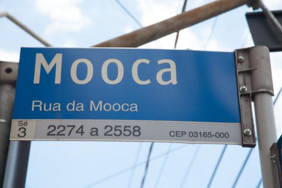 Placa da Rua da Mooca, nas cores azul e cinza.