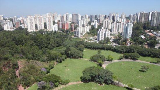 Imagem aérea da Vila Andrade, na qual se vêem prédios ao fundo e um parque a frente