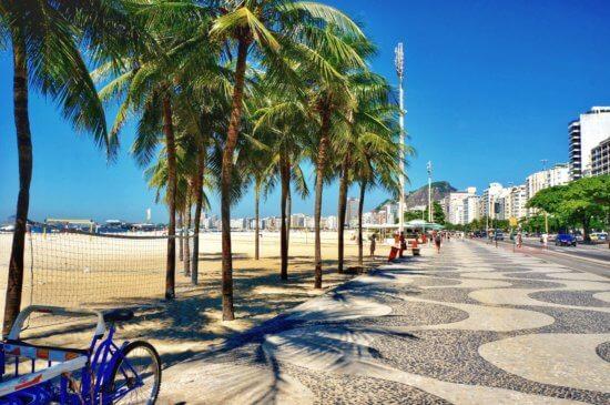 Vista da calçada de copacabana.